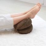 メイクヒップス ベーグルクッション ビターチョコ(使用イメージ・足枕)