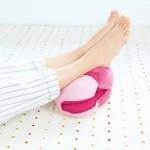 メイクヒップス ベーグルクッション ヒップサポートプラス ラズベリー(使用イメージ・足枕)